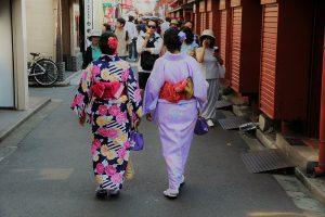 800px-KIMONO_OLDER_WOMEN_TOKYO
