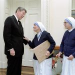 800px-President_Ronald_Reagan_meeting_with_Mother_Teresa_and_Sister_Priscilla